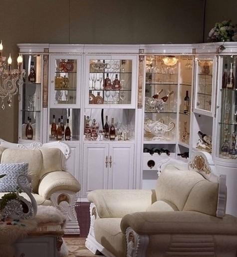 欧式酒柜效果图,客厅空间的角落里摆放一款大气的酒柜,让家居精致