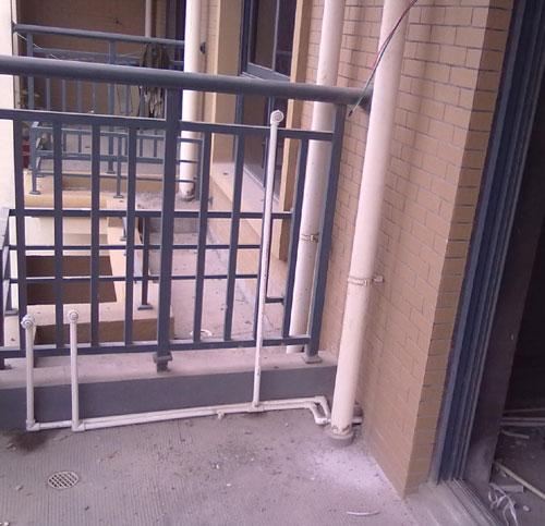 水管外露装饰,阳台外露下水管巧妙装饰图